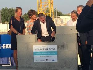 Acoba Assistance maîtrise d'ouvrage : Pose de la première pierre de la piscine d'Ambares-et-Lagrave